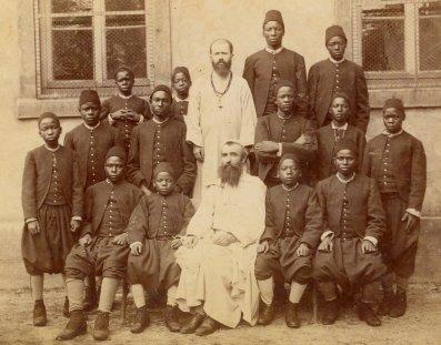 Mons. Léon Livinhac y el padre Ludovic Girault, de los padres blancos, junto a 14 ugandeses convertidos en 1890