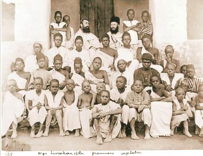 San Carlos Lwanga (entre los dos misioneros) y 19 de sus compañeros mártires ugandeses, en 1885